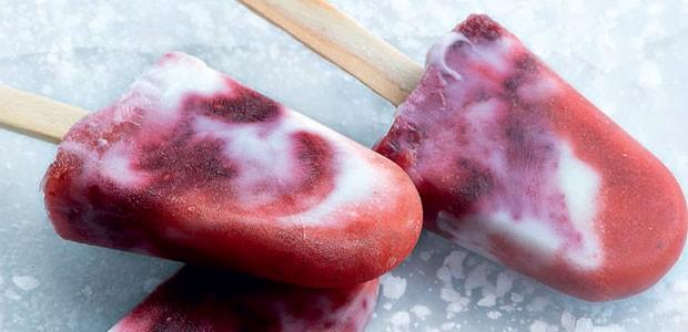 Picolé de frutas vermelhas e iogurte (Foto: Iara Venanzi/Editora Globo)