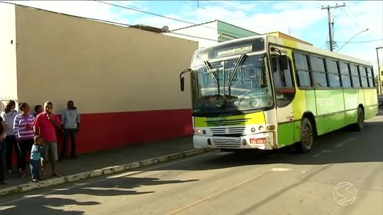 Moradores de Bulhões, em Porto Real, RJ, reclamam da falta de transporte público