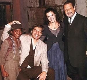 O ator-mirim com parte do elenco de Terra Nostra (Foto: Arquivo Pessoal)
