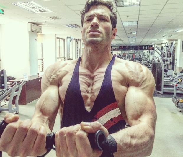 Ex-BBB Roni Mazon malhando na China: muitos músculos e veias (Foto: Reprodução/Instagram)