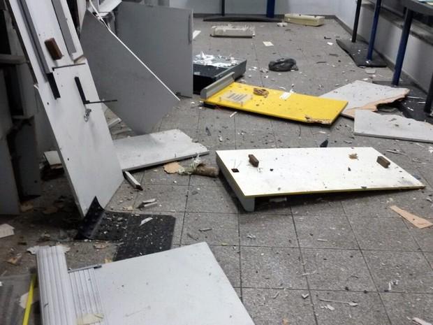 Criminosos explodiram caixas eletrônicos de agência bancária em Botelhos (Foto: Polícia Militar)