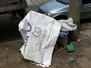 O letreiro do Pet Shop Quatro Patas foi arrancado e amanheceu no lixo. (Foto: Renata Soares / G1)