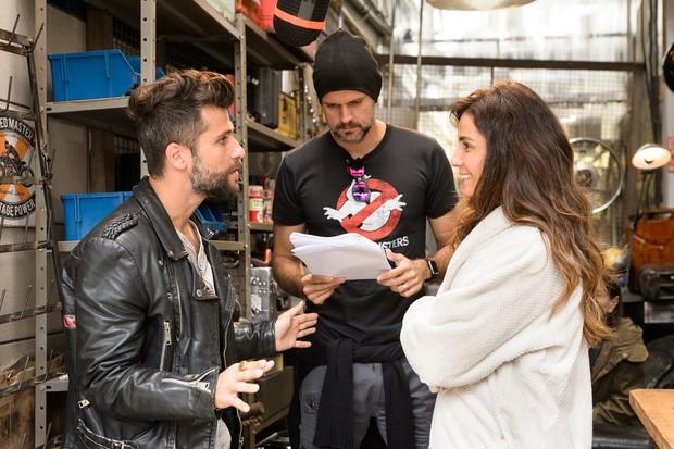 Bruno Gagliasso e Giovanna Antonelli sendo dirigidos por Leonardo Nogueira (Foto: Globo/Ramón Vasconcelos)