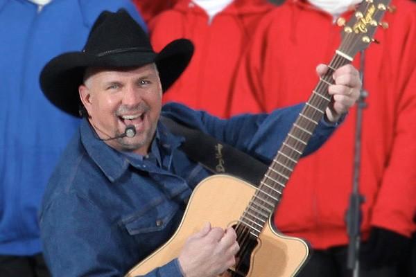 No fim de 2000, quando a cidade na qual o cantor de country Garth Brooks morava foi atormentada por vários incêndios, o músico ajudou várias crianças a sairem de suas casas em segurança. (Foto: Wikimedia/Steve Jurvetson)
