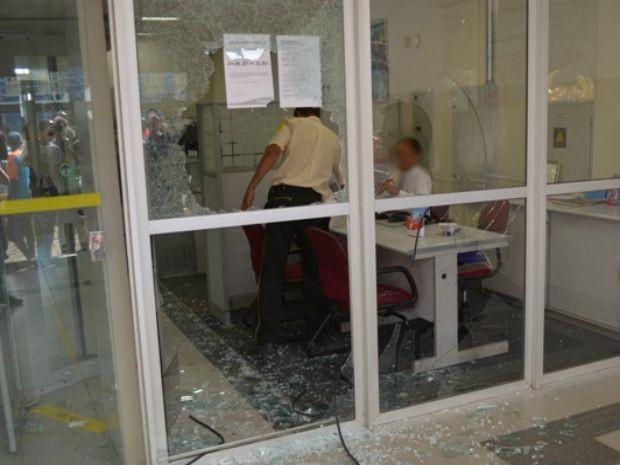 Assaltantes quebram vidros de agência bancária, rouba clientes e banco.  (Foto: Jackson Cristiano/Ubaitaba Urgente)