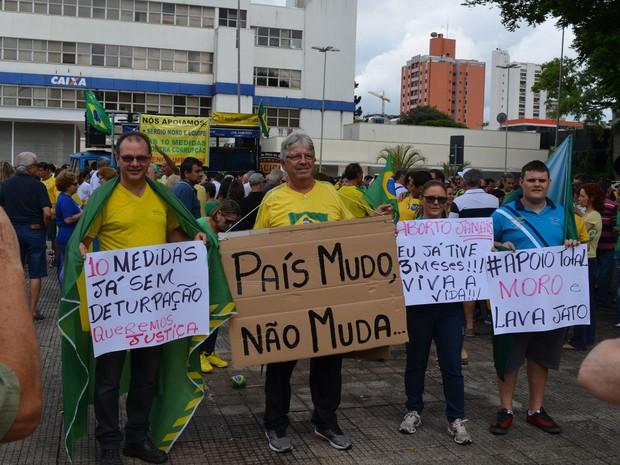 Manifestantes com cartazes durante protesto contra corrupção em Piracicaba (Foto: Araripe Castilho/G1)