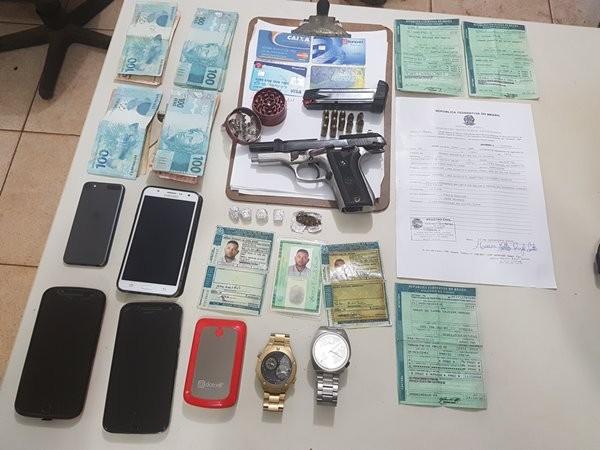 Documentos falsos, dinheiro, drogas, arma e munições apreendidas com os suspeitos (Foto: Ascom/PRF)