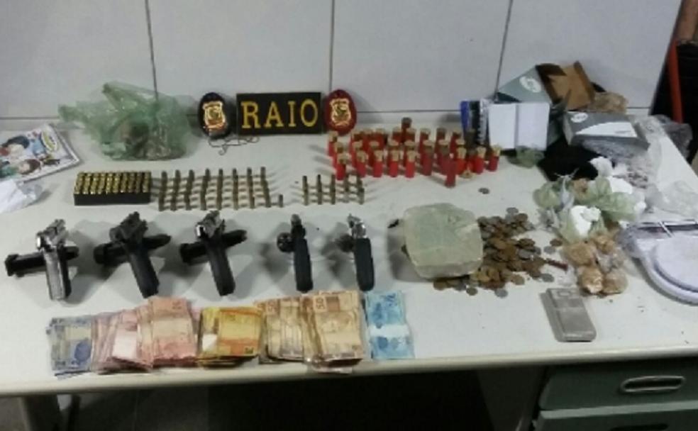No telhado da casa, policiais  encontraram mochila com três pistolas, dois revólveres, aproximadamente 141 munições, cerca de 500 gramas de cocaína, 1.300 pedras de crack, balaclavas, aparelhos celulares e dois mil reais em espécie.  (Foto: SSPDS/Divulgação)
