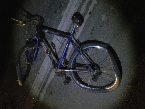Bicicleta ficou destruída após colisão (Foto: PMRv/Divulgação)