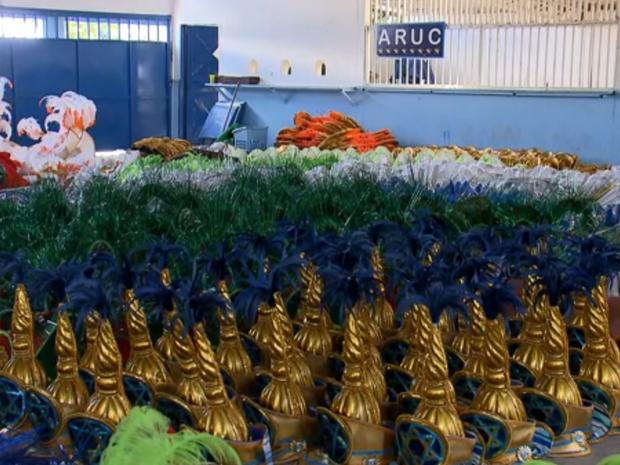Fantasias de carnaval em linha de montagem no barracão da Aruc, no Distrito Federal (Foto: TV Globo/Reprodução)