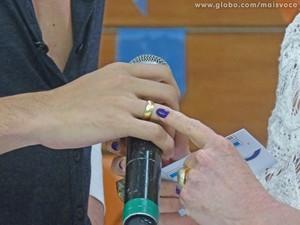A aliança de noivado que o cantor usava e mostrou no Mais Você (Foto: Mais Você/TV Globo)