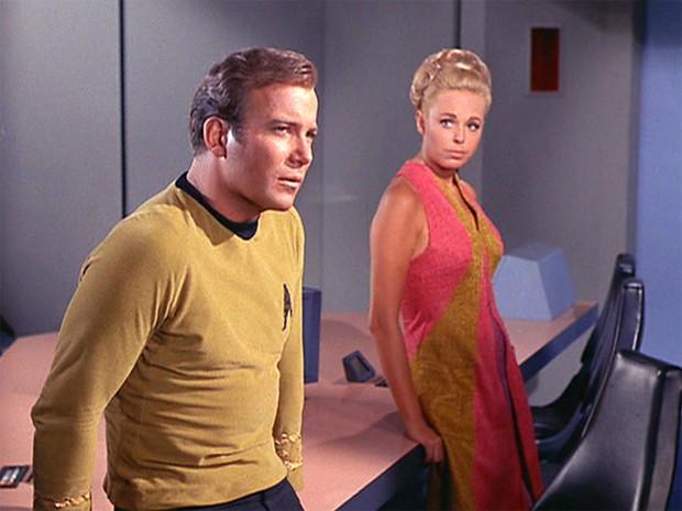 Em 'Jornada nas estrelas', atriz Sarah Marshall intepreta a personagem Janet Wallace, que teve romance com o Capitão Kirk (direita), interpretado por William Shatner (Foto: Divulgação)