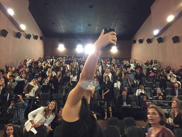 Kim faz selfie com plateia de coletiva de imprensa em So Paulo (Foto: Reproduo)