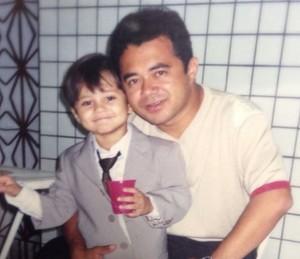 Também humorista, Lucas Veloso seguiu os passos de seu pai, Shaolin. Na foto, o ator posa ao lado do pai, quando ainda era criança (Foto: Arquvio Pessoal)