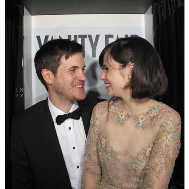 Anne Hathaway Divide Um Beijo Com A Estatueta Do Oscar E O
