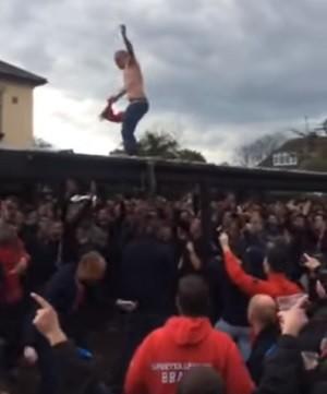 BLOG: #Fail: torcedor do Manchester United cai duas vezes ao subir em telhado de pub