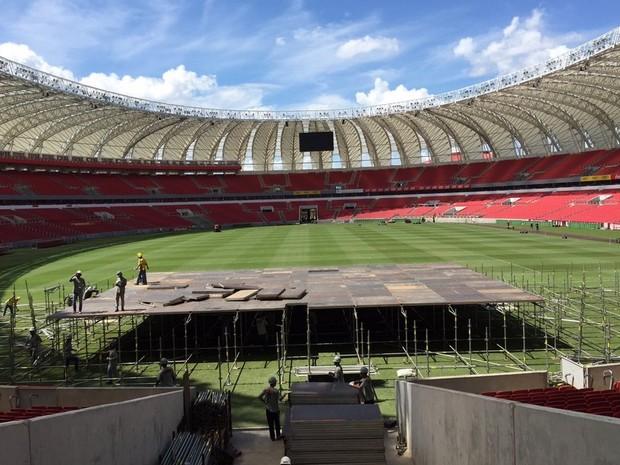 Palco começa a ser montado no estádio Beira-Rio (Foto: Inter/Divulgação)