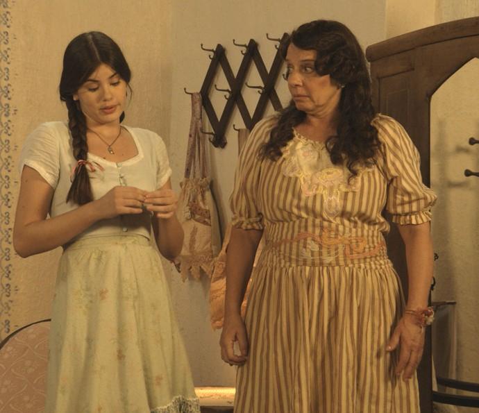 Mafalda confessa a Eponina que viu o 'cegonho' de Romeu (Foto: TV Globo)