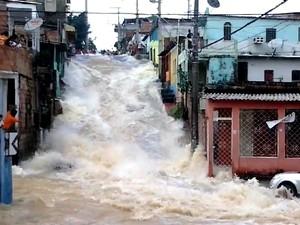 Grande quantidade de água atingiu ruas, casas e veículos (Foto: Reprodução/Thiago Paulino)