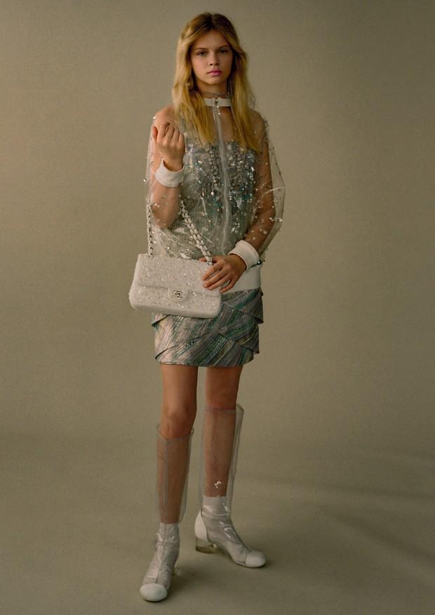 Bomber, vestido, capuz, brincos, colares, bolsa e botas, tudo Chanel (Foto: Zee Nunes)