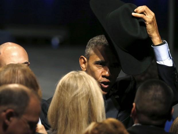 Presidente dos Estados Unidos, Barack Obama, experimenta chapéu de caubói após falar em evento no Texas, neste sábado (12) (Foto: Jonathan Ernst /Reuters)
