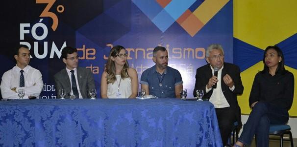 Jornalista participou da mesa redonda de abertura do evento (Foto: Cidades em Foco)
