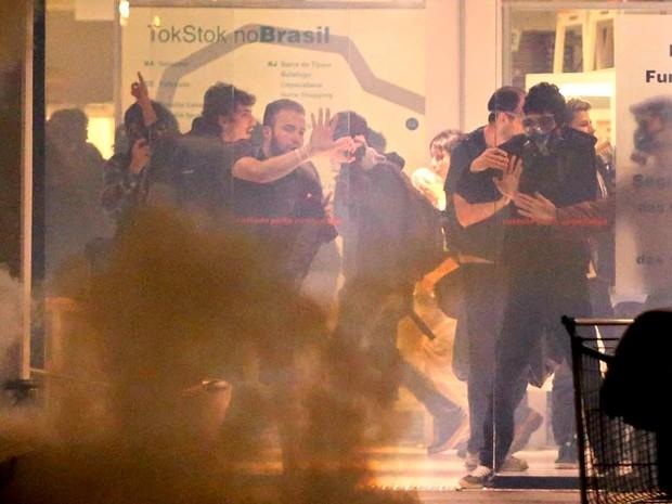 manifestantes loja sp (Foto: Tiago Queiroz/Estadão Conteúdo)