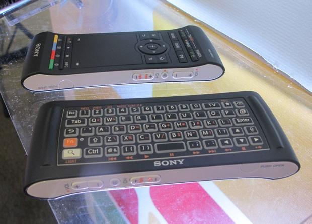 Detalhe do controle remoto do Google TV da Sony, que apresenta mouse de um lado e teclado iluminado do outro (Foto: Gustavo Petró/G1)