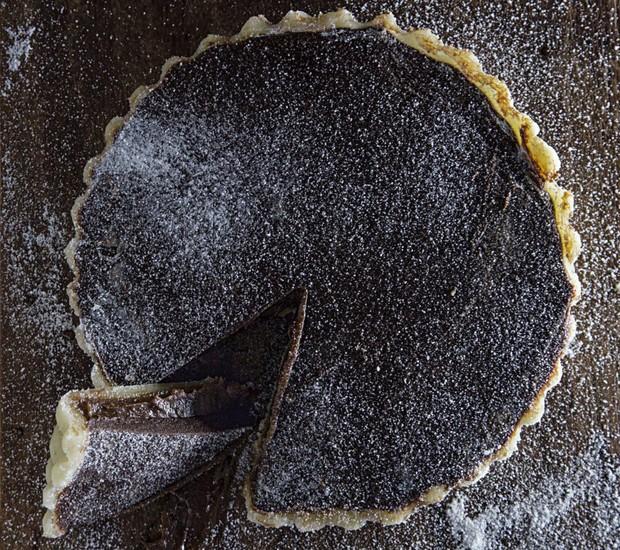 Torta de marzipã com dois chocolates (Foto: Rogério Voltan / Editora Globo)