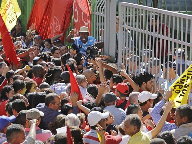 Manifestantes de grupos sociais, como o Movimento dos Trabalhadores Sem-Teto (MTST), protestavam na tarde desta terça-feira (29) em frente à Câmara Municipal de São Paulo, no Centro da capital (Foto: Nelson Antoine/Fotoarena/Estadão Conteúdo)