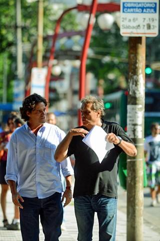 O ator Felipe Camargo ouve orientações de Dennis Carvalho durante gravação de Sangue Bom no bairro da Liberdade, em São Paulo (Foto: Divulgação/Rede Globo)