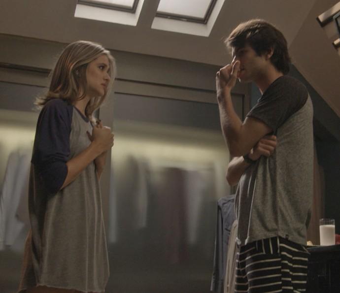 Cassandra acaba contando sobre a gravidez de Lili para Fabinho (Foto: TV Globo)