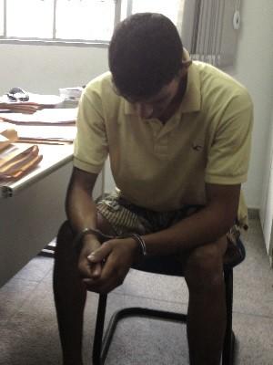 Rapaz que fugiu do Hugo em cadeira de rodas presta depoimento à polícia, em Goiás, Goiânia (Foto: Luísa Gomes/G1)