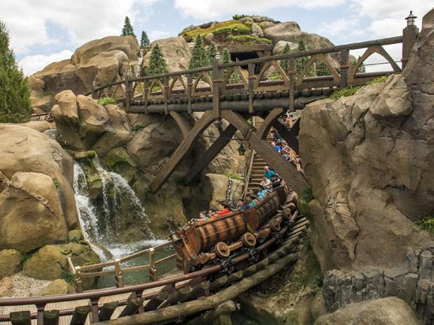 """Montanha-russa que reproduz os vagões do clássico """"Branca de Neve e os Sete Anões"""" é uma das novas atrações inauguradas pela Disney  (Foto: Divulgação/Matt Stroshane/Disney)"""