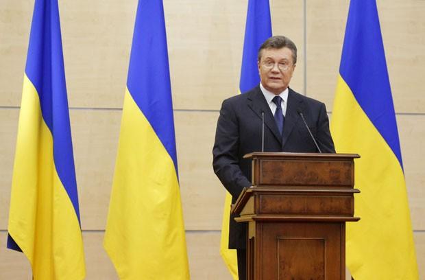 O presidente deposto da Ucrânia, Viktor Yanukovich, faz discurso a jornalistas nesta terça-feira (11) na cidade russa de Rostov-on-Don (Foto: Maxim Shemetov/Reuters)