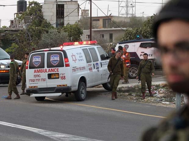 Soldados israelenses são vistos em local em que palestino foi morto nesta quartafeira (4) (Foto: AFP PHOTO / HAZEM BADER)
