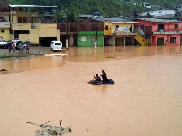 Em Ipojuca, comunidades ficaram completamente alagadas. Moradores precisaram usar botes e jangadas para sair de casa (Foto: Renata Silva / Whatsapp)