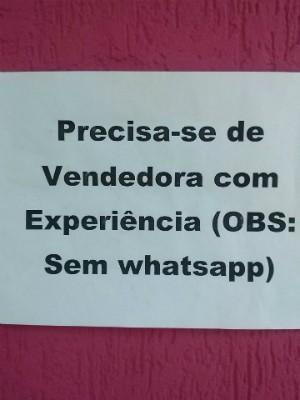 Anúncio foi colocado do lado de fora da loja, que fica no Centro de Uberlândia (Foto: Gilmar Gomes/ Arquivo Pessoal)