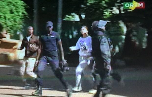 TV malinesa mostra reféns sendo libertados por policiais no hotel Radisson Blu, em Bamako (Foto: Reuters/reprodução)
