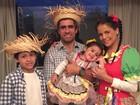 Nívea Stelmann posa com os filhos e o marido em clima de festa junina