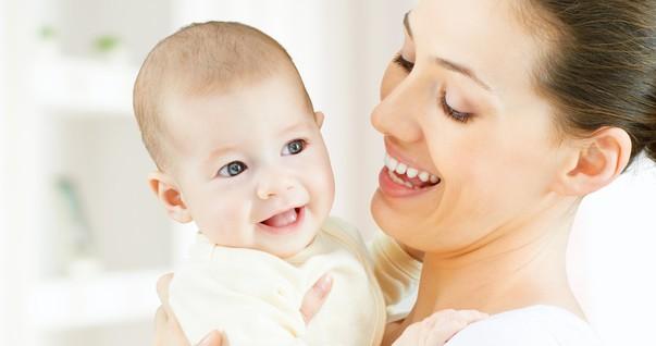 Mãe carregando bebê no colo (Foto: Shutterstock)