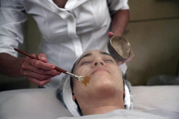 Tratamento é oferecido por salão de Nova York (Foto: Mary Altaffer/AP)