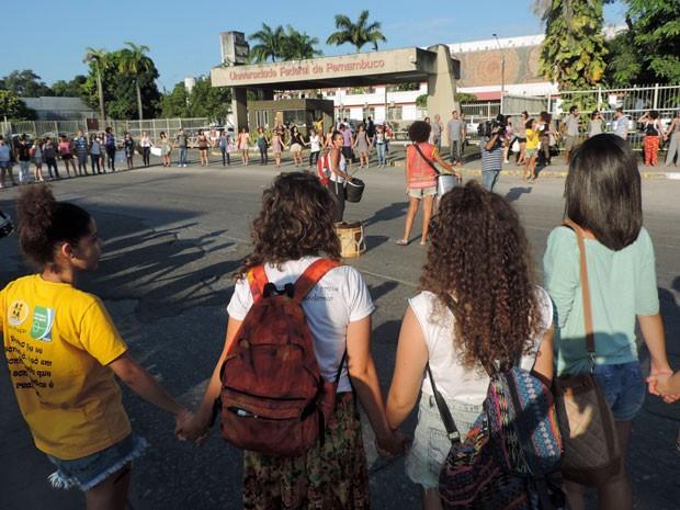 Na chegada à reitoria, houve bate-bota entre motociclistas e manifestantes (Foto: Marina Barbosa / G1)