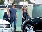 Após rumores de crise, Jennifer Aniston passeia de aliança com noivo