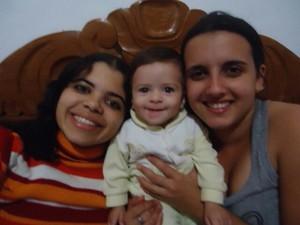 Rayssa ainda bebê com as mães (Foto: Lithiene Barbosa/Arquivo Pessoal)