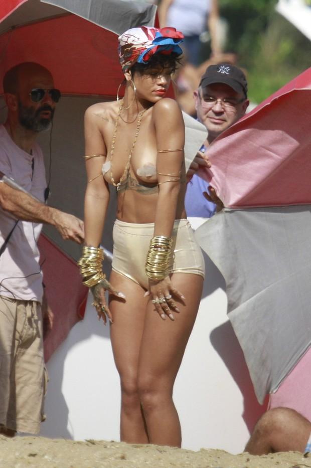 Rihanna faz ensaio em Angra dos Reis (Foto: Dilson Silva / Agnews)