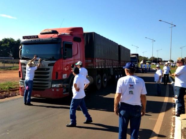 Protesto de produtores em MS (Foto: Rodrigo Grando/TV Morena)