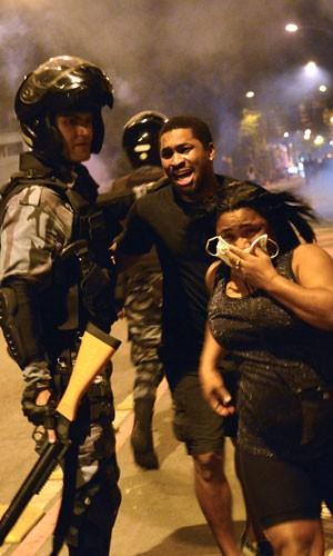 FOTOS: manifestantes pacíficos fogem durante tumulto no Rio (AFP)