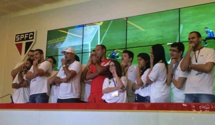 """Com sócios-torcedores, Luis Fabiano brinca e reproduz comemoração """"parado na esquina"""" (Foto: Marcelo Hazan)"""