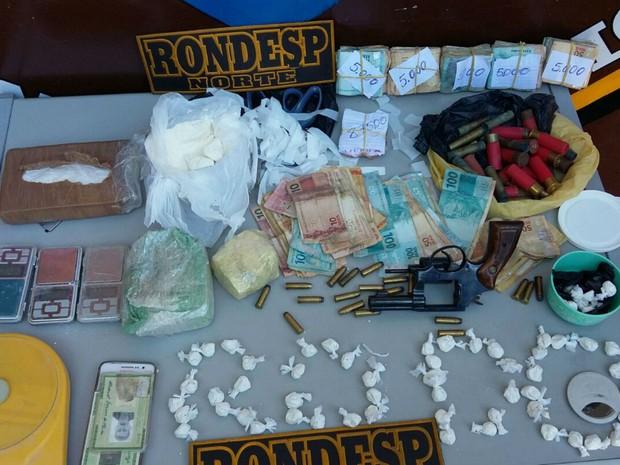 Dinheiro, drogas e arma foram apreendidos e levados para Delegacia de Juazeiro (Foto: Divulgação/Polícia Militar)